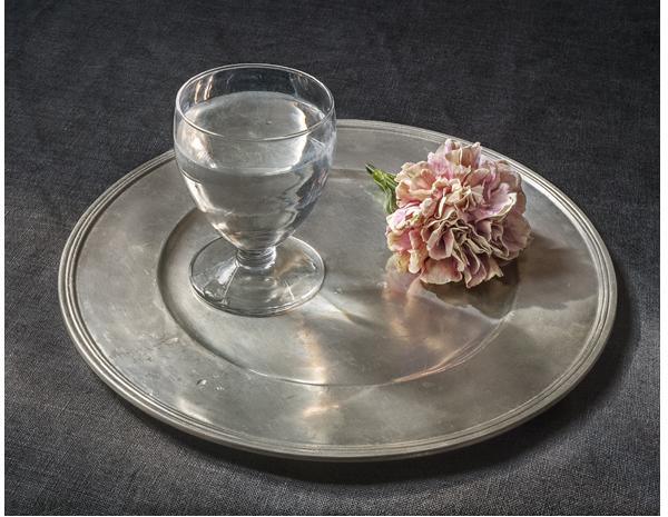 Copa de agua y un clavel